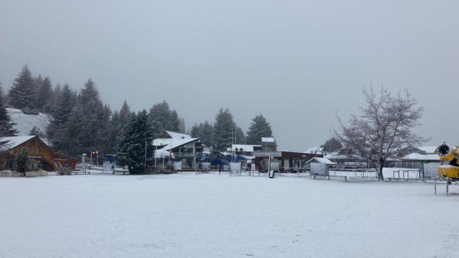 La base del cerro Catedral se cubrió de nieve ayer y mantiene vigente la promoción de pases flexibles. Gentileza
