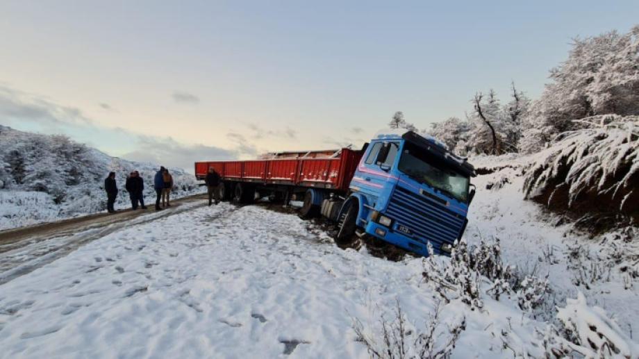 Un camión quedó varado en la zona de La Veranada, entre El Bolsón y Mascardi. Gentileza