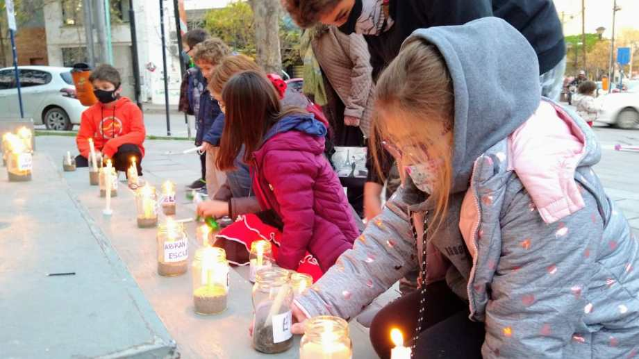"""Familias y estudiantes participaron de una """"vigilia por la educación"""" el jueves pasado. Foto: Mauro Pérez."""