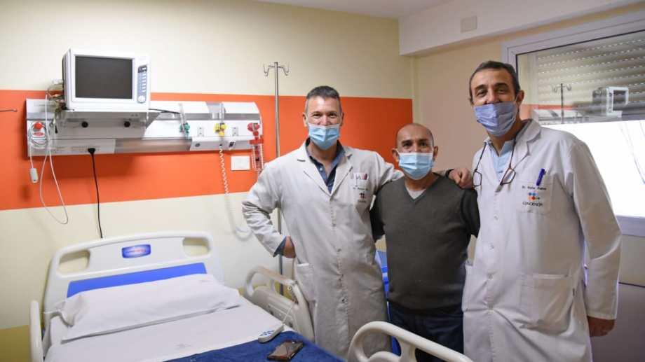 """Juan, junto a sus médicos. Cada paciente forjó una amistad muy especial con sus """"héroes"""", tras el tratamiento. Foto: Florencia Salto."""