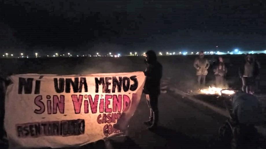 Los vecinos de la toma cortaron la calle Casimiro Gómez desde las 5. (Gentileza).-