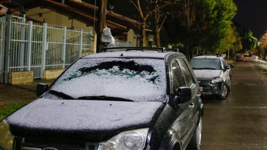 La nieve dijo presente en Roca. Fotos: Juan Thomes