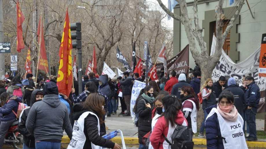 Polo Obrero protestó junto a los ceramistas en casa de Gobierno, luego se trasladaron a la ruta.  Foto: Yamil Regules