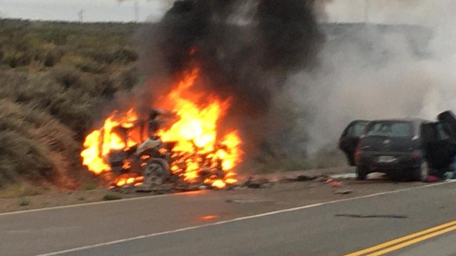 Por la violencia del impacto uno de los vehículos se incendió. (Foto Néstor Salas)