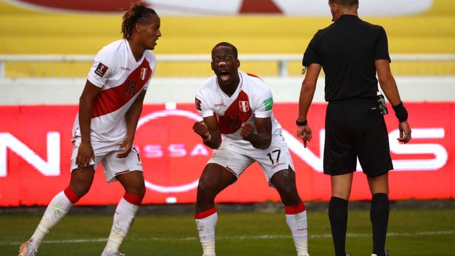 Advíncula grita el segundo gol de Perú en la victoria sobre Ecuador.