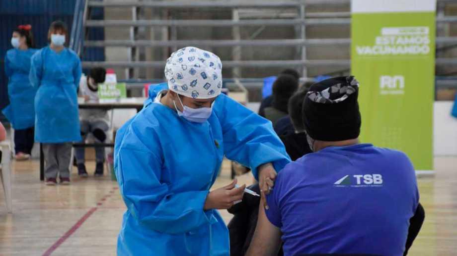 El Estadio Municipal ubicado en Naciones Unidades yAranales es el principal centro de vacunación de la ciudad valletana. vacunada con la primera dosis contra el coronavirus. Foto: Florencia Salto
