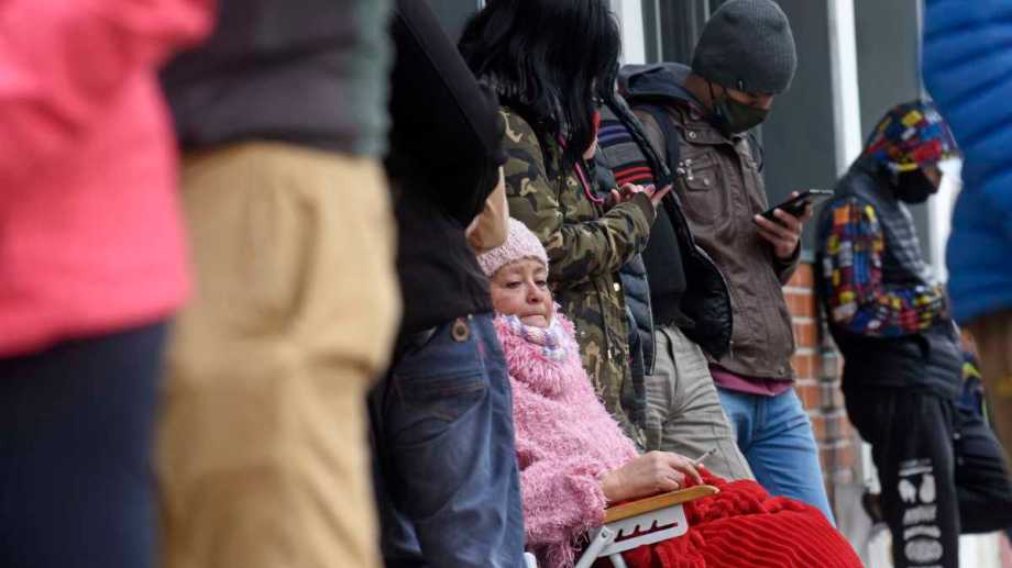 La familia, compañeros y docentes estuvieron hasta ayer afuera del hospital. (Archivo Florencia Salto).-