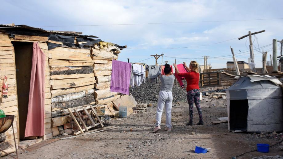 Familias con niños viven hace un año comprando el agua en viajes en la toma Casimiro Gómez (foto Florencia Salto)