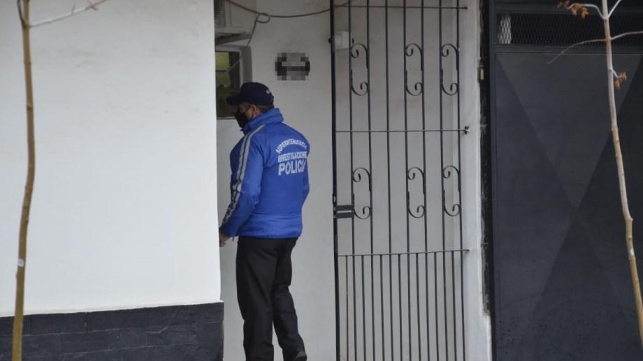El allanamiento comenzó temprano en la vivienda del magistrado. (Yamil Regules)