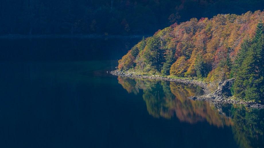 lago hermoso, reflejos del otoño, suplemento voy, san martin de los andes, 2021, mayo, patricio rodriguez