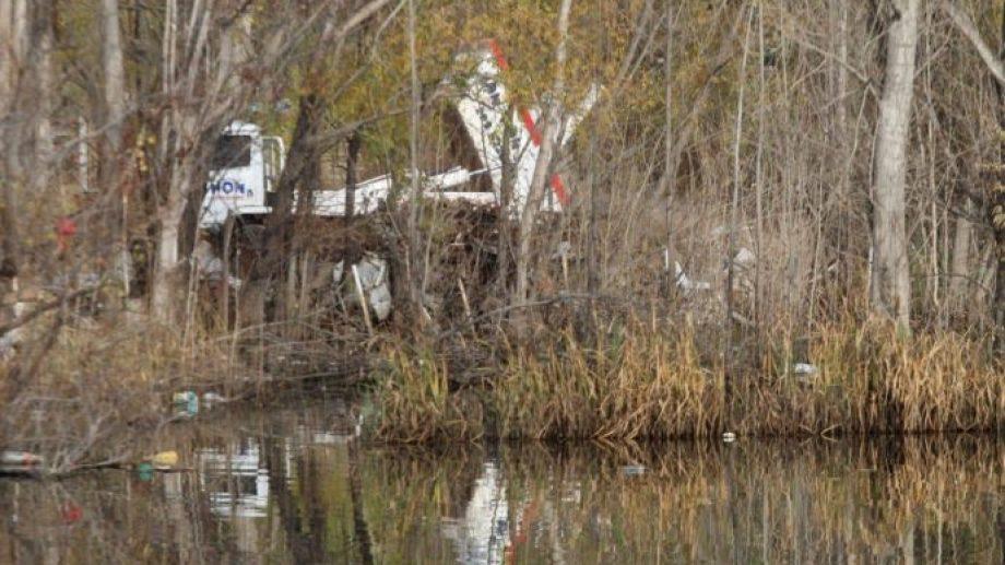 El camión fue encontrado in fraganti tirando plásticos y desechos urbanos en  la laguna (foto gentileza municipio)