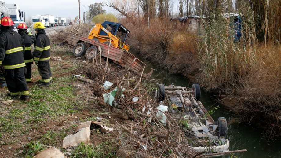 El vehículo quedó en el interior del desagüe con sus cuatro ruedas hacia arriba. (foto: Juan Thomes)