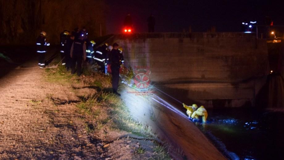 Personal de bomberos trabajó en el lugar del hallazgo. (foto: gentileza Bomberos Voluntarios)