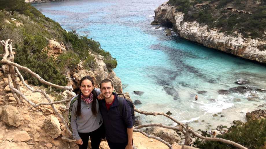 Laura y Mariano en Cala del Moro, con el Mediterráneo detrás en Mallorca. Foto: Soltar y viajar