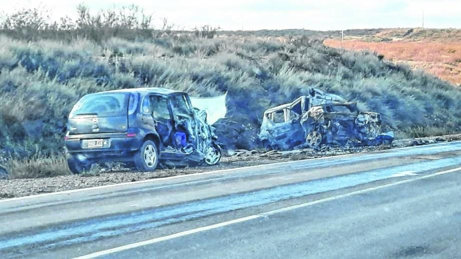 El sábado pasado una familia falleció en Chichinales. La violencia del impacto hizo que uno de los vehículos se incendiara.