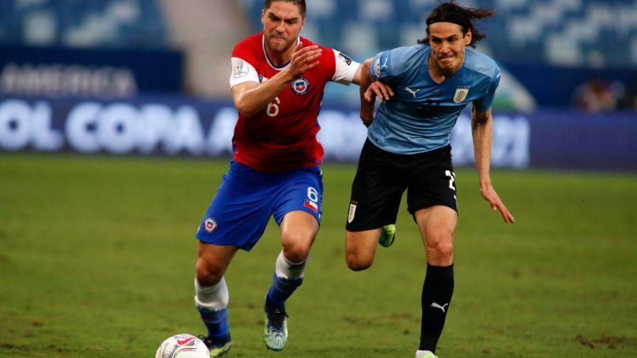 Edinson Cavani pelea por la pelota con Sierralta. La foto refleja lo que fue el partido, con un tiempo para cada uno y un justo empate.