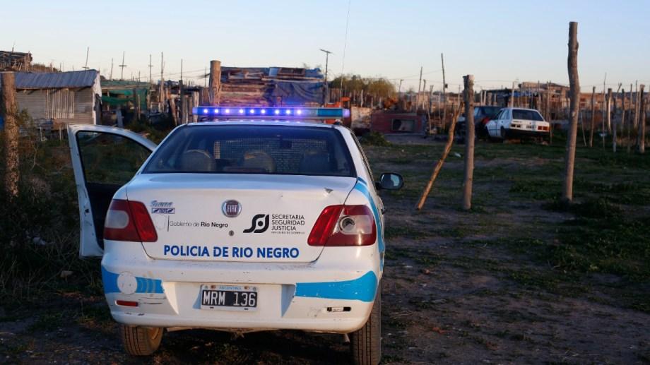 El personal de la Comisaría 21 custodiaba esta mañana la vivienda donde habría comenzado la disputa. (foto: Juan Thomes)