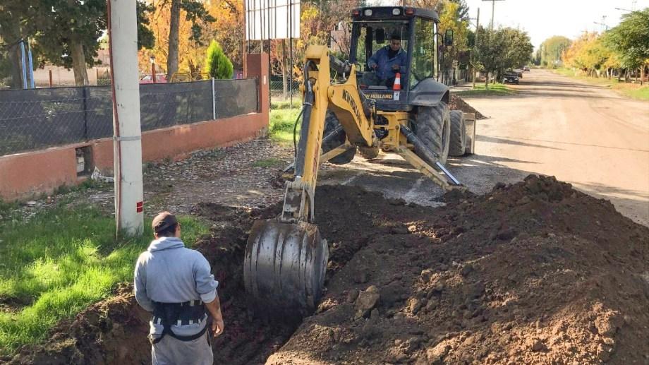 El municipio de Huergo continúa con las obras de cordón cuneta en el barrio IPPV. (Foto Néstor Salas)