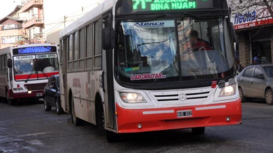 Cientos de usuarios utilizan el servicio de la empresa Las Grutas para trasladarse desde Dina Huapi a Bariloche. (foto archivo)