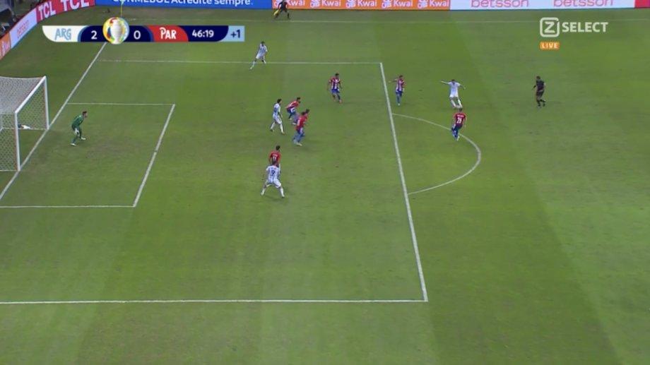 La imagen de la televisión que muestra el momento del remate donde Messi está supuestamente adelantado.
