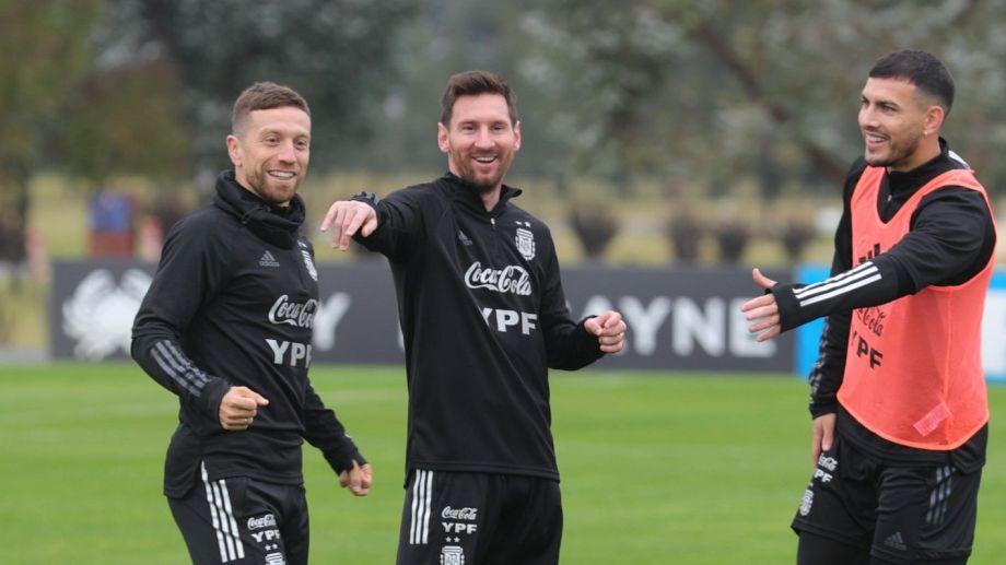 Messi con Papu Gómez y Leandro Paredes en el entrenamiento de hoy. Argentina tiene fecha libre y vuelve a jugar el lunes ante Bolivia.