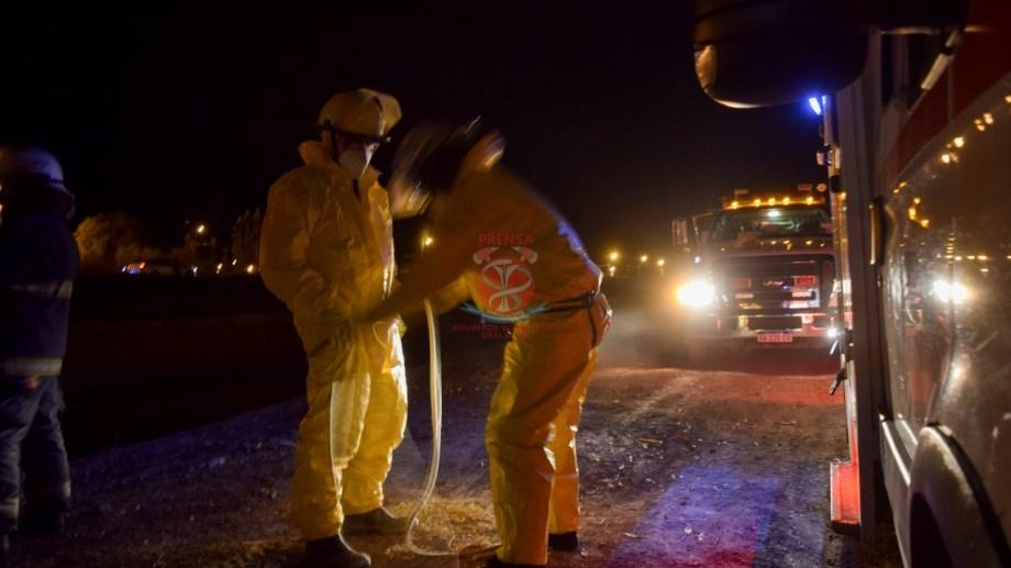 Personal de bomberos rescató ayer el cuerpo del vecino de Roca. (foto: Bomberos Voluntarios)