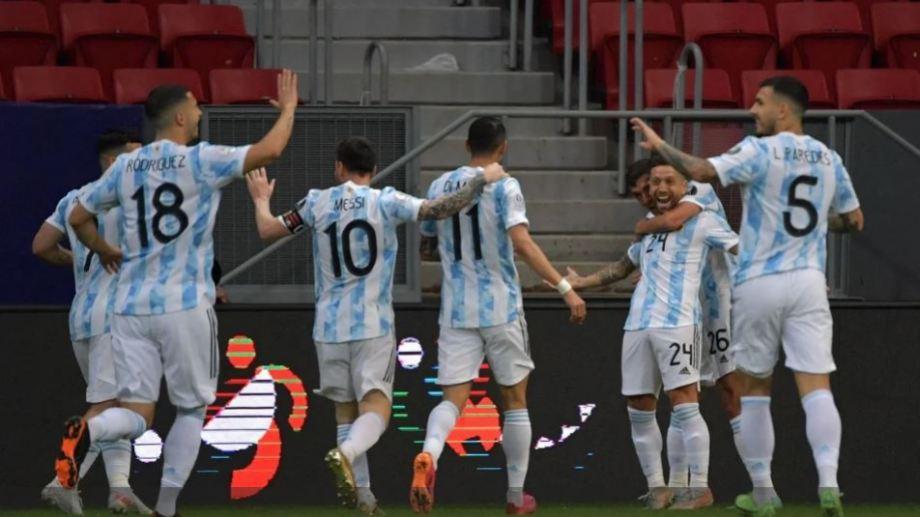 Papu Gómez festeja junto a sus compañeros el gol con que Argentina está venciendo a Paraguay.