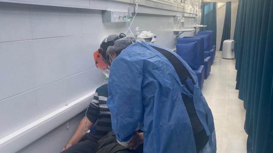 El hospital más grande de Neuquén montó una internación en un pasillo. (gentileza)