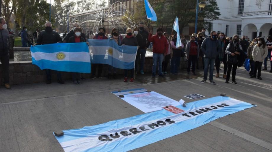 Más de un centenar de comerciantes independientes se movilizaron este mediodía al municipio de Roca. Foto archivo