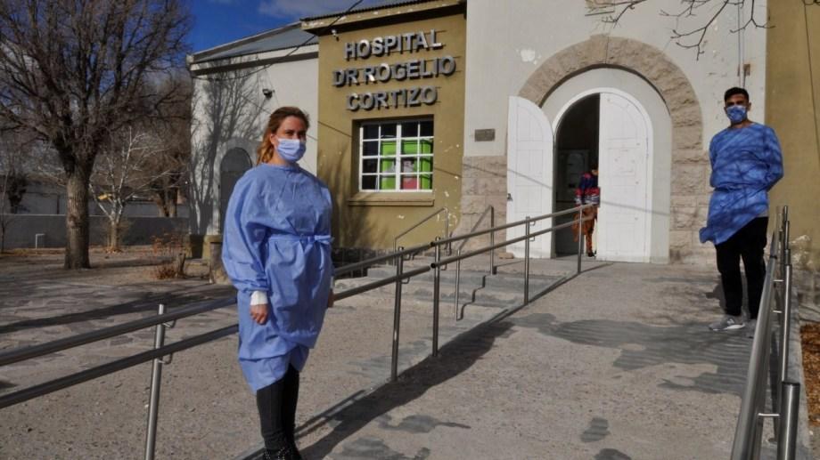 Ivana Giménez y Leandro Antual se turnaron para asistir con oxígeno -de manera manual- al paciente. (foto: José Mellado)