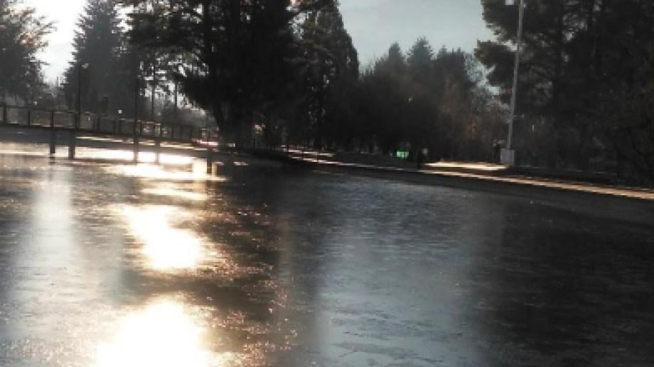 Se congeló la laguna de la plaza Pagano en El Bolsón. Foto: gentileza