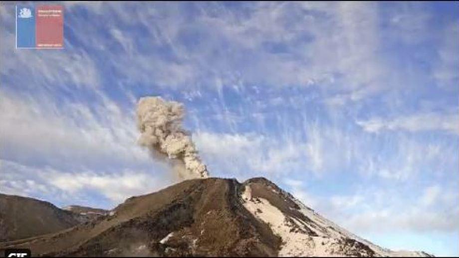El volcán chileno limitrofe con Neuquén se mantiene en alerta amarilla. (Captura)