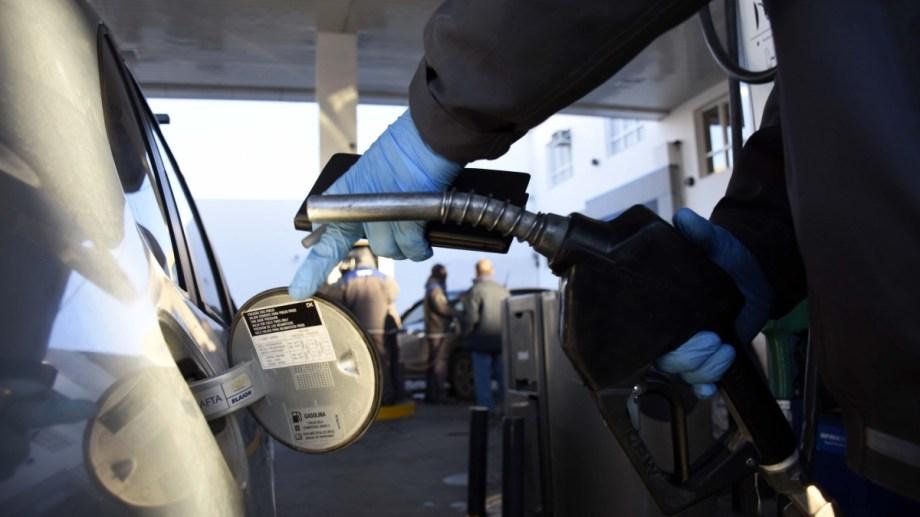 La nafta más refinada está por encima de los 90 pesos en la región. (Archivo)