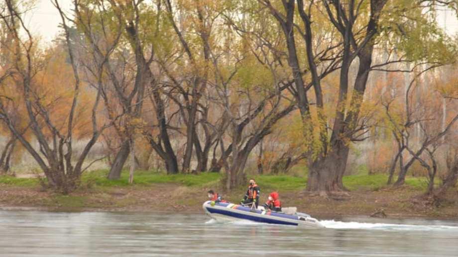 Los buzos siguieron con la búsqueda esta mañana en el río Negro. (foto: Juan Thomes)