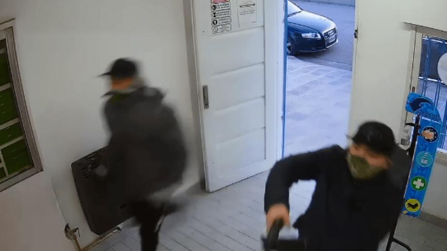 Los dos sujetos que habrían cometido el atraco ya se encuentran tras las rejas.  (foto: captura video)