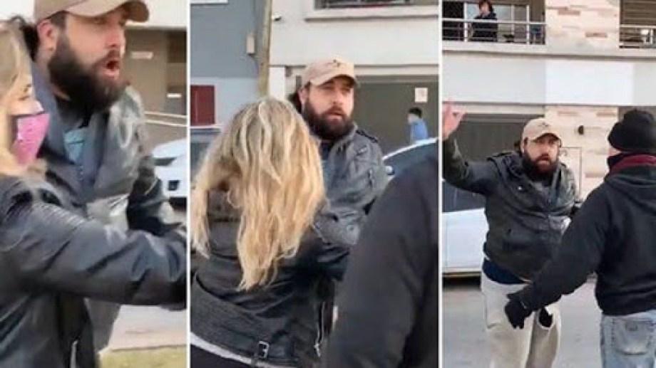 """El hombre, identificado con la marca """"Jugando con Natalia"""", tuvo que ser frenado por gente que pasaba por el lugar.-"""