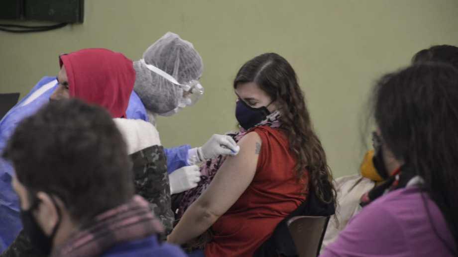 Neuquén avanza en aplicar primeras dosis y completar esquemas de vacunación, según el volumen de dosis. (archivo: Yamil Regules)