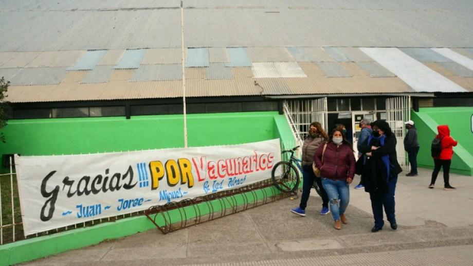 Vecinos anónimos colgaron un pasacalle en el vacunatorio de Viedma. Foto: Marcelo Ochoa