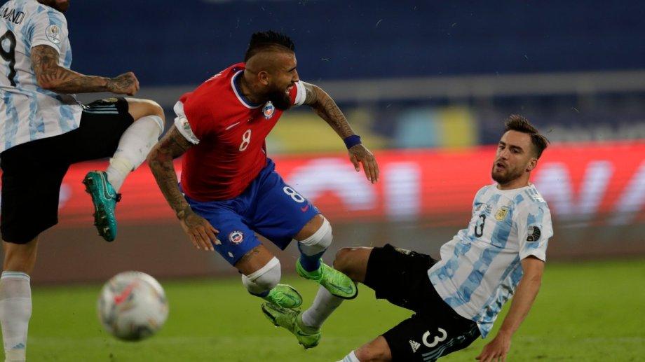 Tagliafico le comete penal a Vidal. Otamendi falló primero y el lateral se llevó puesto a Arturo cuando quiso rechazar.