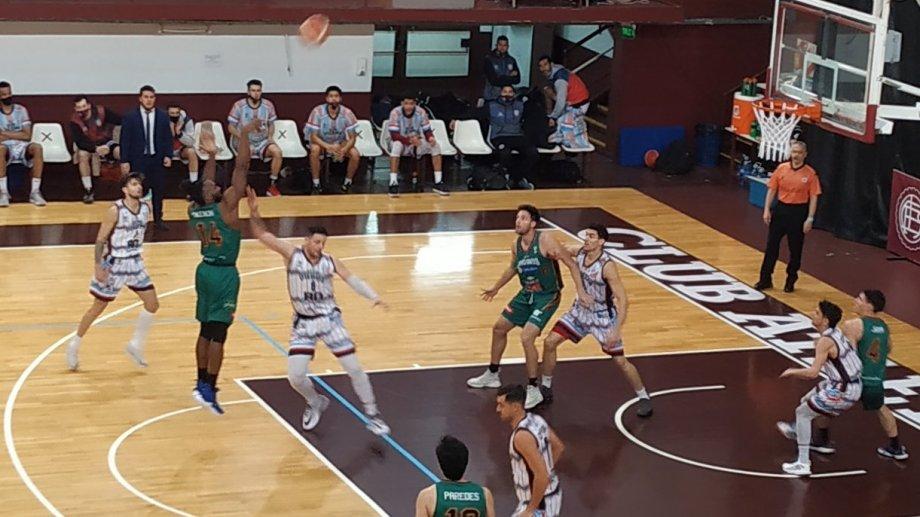 Viedma le ganó a Estudiantes en el último turno del primer día en Lanús.  Fotos: Vermouth Deportivo