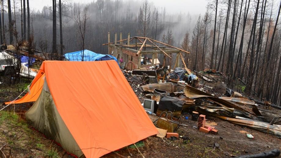 En carpas viven muchos de los afectados por los incendios de marzo, en Lago Puelo. Foto: Chino Leiva