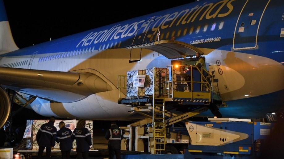 El momento de la llegada del primer avión con vacunas donadas, que fue recibido por el jefe de Gabinete Santiago Cafiero la semana pasada.