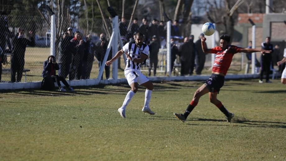 Cristian Taborda fue titular en Cipolletti, marcó un gol y vistió la camiseta número '10'. Regreso ideal. Foto: Juan Thomes