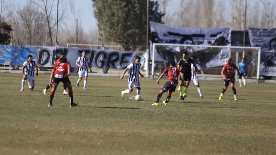 El partido arrancó exactamente a las 14, la hora señalada. Foto: Juan Thomes