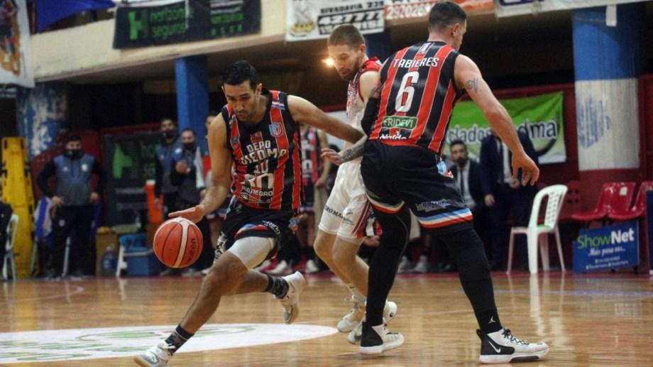 Pedro Franco lleva la pelota en su último partido como profesional. Foto: Pablo Leguizamón.