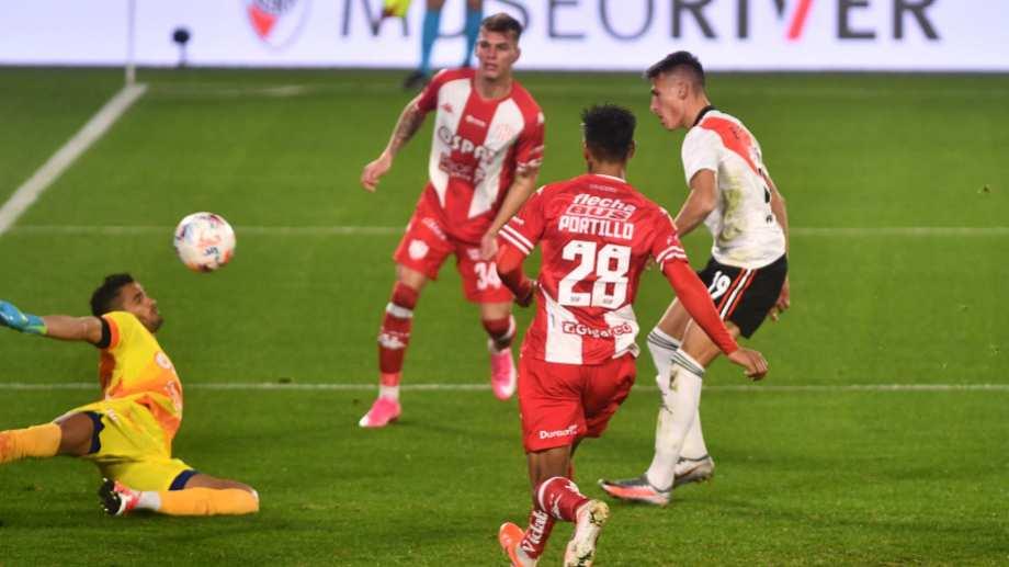 Braian Romero convierte el primer gol de River Plate que enfrenta a Unión de Santa Fe por la segunda fecha la Liga Profesional. (Foto/Télam)