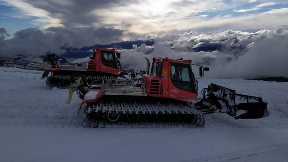 Equipo pisapista en pleno trabajo de traslado de nieve acumulada a los sectores más críticos de las pistas hoy en Chapelco. El centro de esquí de San Martín de los Andes afronta un invierno con pocas nevadas como los otros cerros de la cordillera.