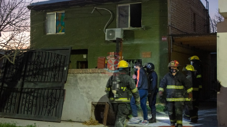 Principio de incendio en calle Estados Unidos al 1.000. Foto: Bomberos Voluntarios
