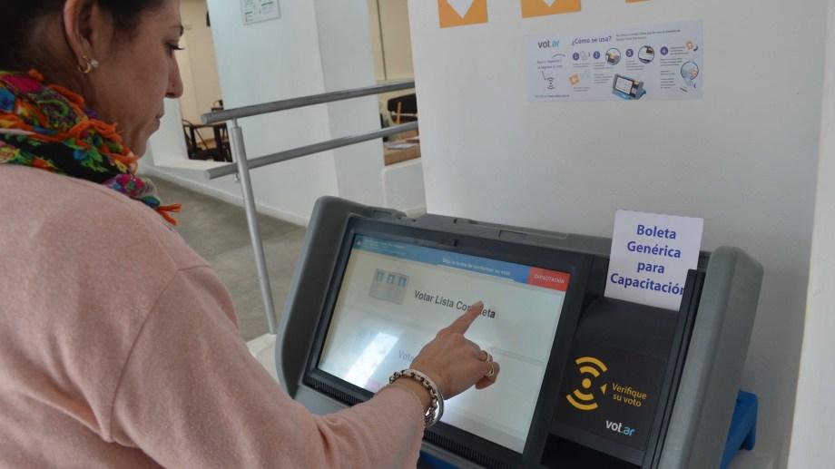 Simuladores de voto electrónico de MSA (foto archivo Yamil Regules)