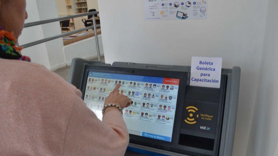 El simulador de voto electrónico. Sistema de votación que se utilizará hoy. Foto: Yamil Regules
